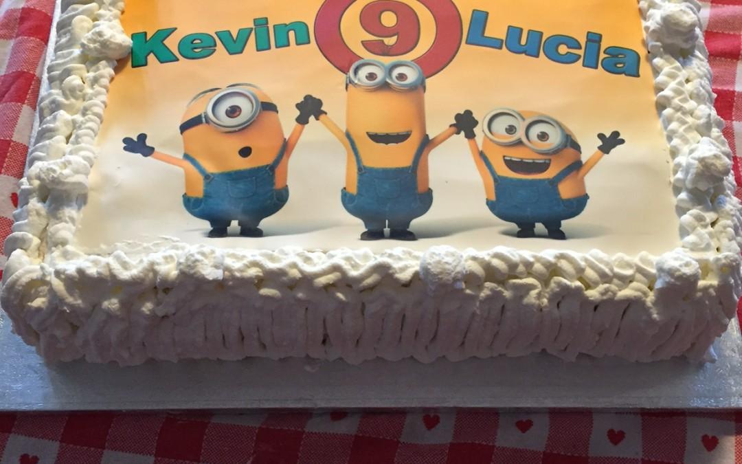 Torta Minion con stampa personalizzata alimentare su pasta di zucchero
